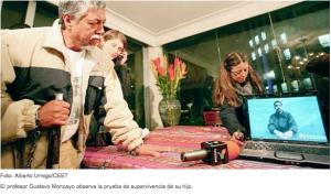Profesor Moncayo observa video prueba de supervivencia