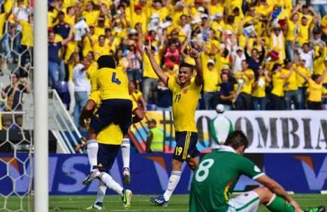 Teófilo alza eufórico sus brazos para festejar el segundo gol que fue obra de su compañero Carlos Valdés.